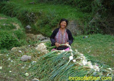 Woman washing onions inPeña Blanca, Blanca, Aldea Sacsiguan,