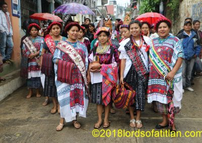 This is a coronation in the ixil town of San Juan Cotzal , El Quiché. However, the girls in the middle in the foreground are from Santo Tomás Chiché, El Quiche end San Luís Jiltepeque, Jalapa. Therfore the one on the left speaks k'iche'. Likewise, the one on the right speaks poqomam.