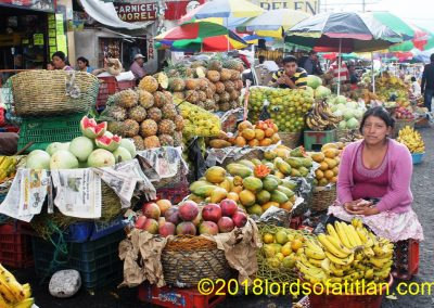 The market is in Xela, but these fruit vemdors are from San Sebastián Retalhuleu.