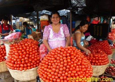 This is the way to arrange tomatoes in Mazatenango. However, in other markets they simply place the tomatoes in the baskets.